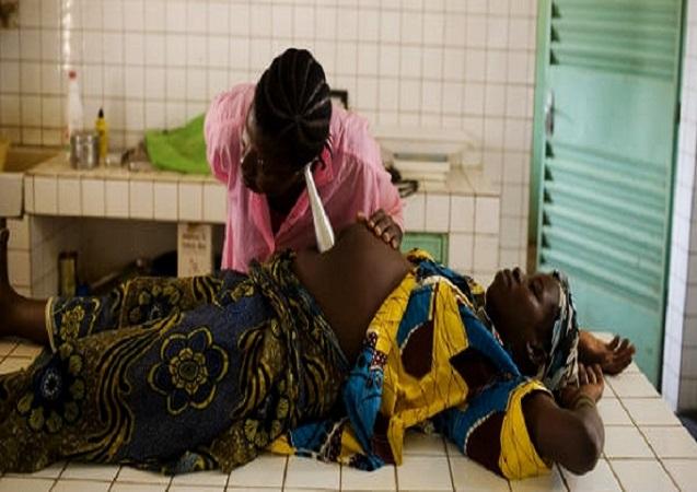 femme-enceinte-couchee