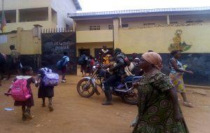 Devant une école primaire du Cameroun.