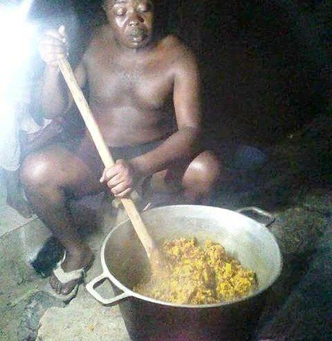 homme à la cuisine